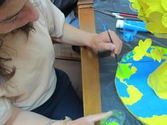 O mundo universal. A aluna pinta o mundo, tal como o amor de mãe é universal.