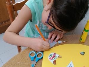 Desenho das letras para formar a palavra MÃE.
