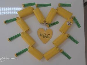 O trabalho transmite mensagens inerentes ao Dia da Mãe e é um contributo da reciclagem para a sustentabilidade.