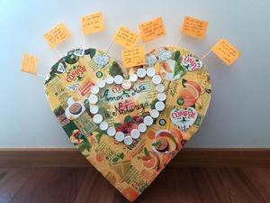 5- Pintura e mensagens Numa videoconferência a aluna que decorou mostrou o coração e em conjunto decidimos que o podíamos pintar de amarelo e que cada um proporia uma mensagem.