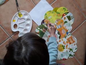 As crianças pintaram o coração com tinta amarela.