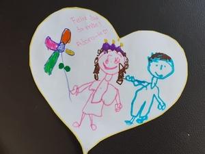 Coração com desenho e mensagem alusiva ao dia da mãe.