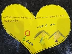 Coração amarelo com desenho e mensagem.