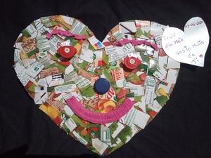 Coração com colagem de recortes de embalagem Compal e mensagem para o dia da Mãe.