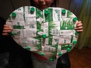 Coração realizado com embalagens de leite
