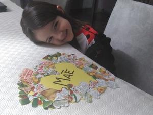 Fotografia do trabalho terminado, com a criança que o concretizou, com a preciosa ajuda da sua Encarregada de Educação.