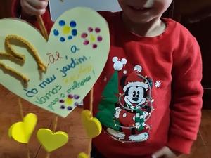 Aluno com o Coração Amarelo  que realizou com a ajuda da mãe. Uma das faces tem a mensagem que o aluno dedicou à mãe.
