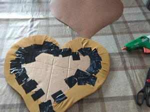 foto 1 coração trabalhado dos dois lados mostra os materiais utilizados; cartão, tecidos, cartolina