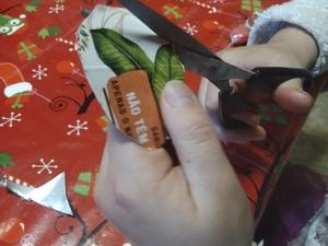 A aluna recortou vários pedaços de cartão aproveitando a palavra Compal, o símbolo da Tetra Pak e as folhas da embalagem. Fez depois a montagem em forma de coração.