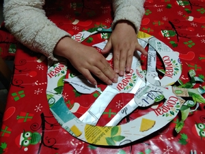 Utilizando pedaços pequenos de cartão, foram unidas as folhas ao coração, com cola. Foram também colados alguns pormenores no coração.