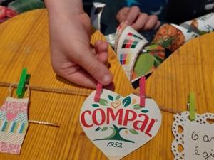 O aluno coloca o símbolo da Compal no estendal.