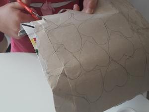 3- Recorte de corações da embalagem de Compal, parte interior prateada.