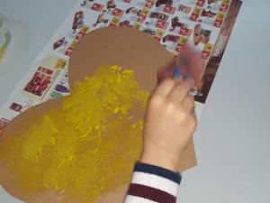 Colorimos de amarelo, o coração que recortámos, de uma caixa de bolo de aniversário.