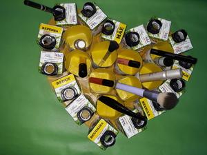O nosso coração amarelo, com as maquilhagens, organizadas.