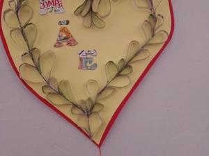 Recorte de tiras de embalagens tetrapak para formar corações