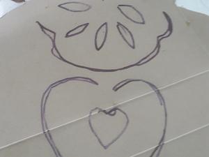 Esboço: desenho do formato dos corações mais pequenos.