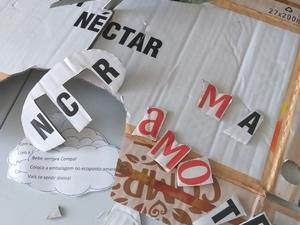 Desenhamos e recortamos o coração no cartão das embalagens Abrimos as embalagem do sumo Compal e recortarmos os símbolos da Tetra Pak, FSC, letras da palavra Compal e árvore do logotipo da marca e fizemos também palavras, construidas com as letras recort