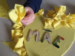 Fizemos pequenos recortes em tecido usado amarelo e com eles elaboramos flores para forramos o coração.