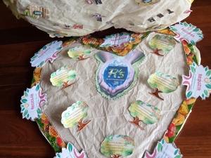 Aplicamos as alças a juntar os corações com tecido e decoramos com os cartões das embalagens Compal Aplicamos as alças a juntar os corações com tecido e decoramos com os cartões das embalagens Compal