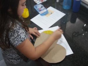 Pintura do coração de papelão com guache amarelo.