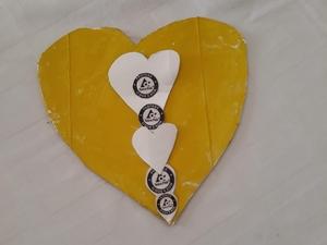 """""""Amar em amarelo"""" - Participação, em família, no concurso Dia da mãe. Trabalho realizado por uma aluna da turma M3, utilizando embalagens de sumo, material este que era o que estava disponível em casa."""