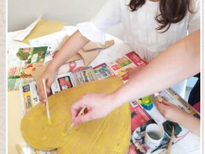 Recorte e pintura de um coração em cartão.