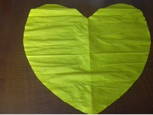 Coração em papel para forrar a base do coração, uma vez que não tínhamos cartolina amarela,