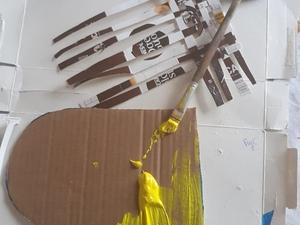 Pintura do coração em cartão com tinta de guache de cor amarela.