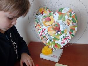 Escrita das mensagens para a Mãe que serão coladas no coração.