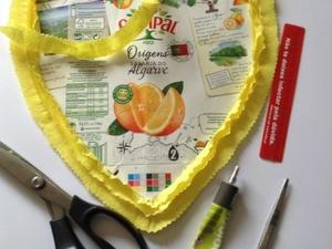 Colagem do coração feito da embalagem da Compal em cartolina usada em forma de coração e enfeitado com papel crepe que sobrou de outras atividades.- Material utilizado- tesoura, cola, régua.