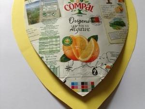 A embalagem em forma de coração da Compal foi colada numa cartolina usada