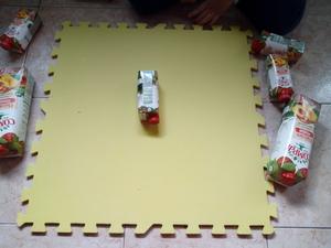 colar embalagem  da Compal numa folha de cartolina amarela.