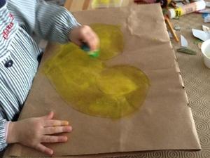 Amarelo é luz. De cor amarela, pintamos o coração da Compal de amarelo com uma esponja e técnica estampagem.