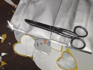 2-Desenho e recorte, individual, de corações de variadas dimensões com utilização das embalagens de compal (exterior e interior das embalagens- prateado) e pequenos recortes de cartolina amarela