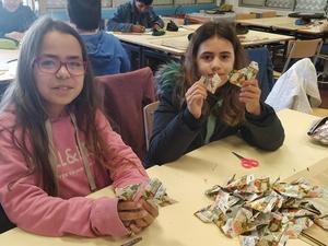 Dobragem  e realização dos corações em origami, com as embalagens da Compal.
