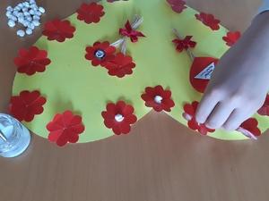 Colar as bolinhas de papel higiénico nas flores.
