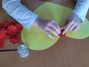Colar flores vermelhas à volta do coração