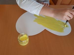 Pintar o coração de amarelo com tinta acrílica