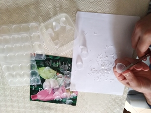 Recorte de caixas de ovos de codorniz (transparentes) para construção de flores.