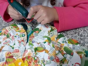 """""""Colagem em escamas"""" das embalagens da Marca Compal com o pormenor do selo (Tetra Pak - Protege o que é bom) e o símbolo FSC."""