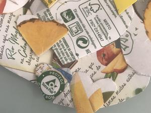 Detalhe sustentável Pormenor com o selo Tetra Pak e símbolo FSC