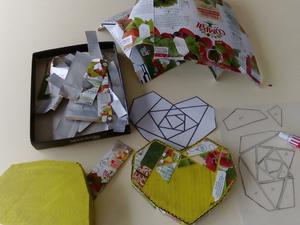 Colagem dos pedaços geométricos de embalagens Tetra Pak da Compal
