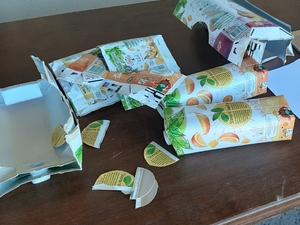 Preparação das embalagens e recorte das partes amarelas/laranjas para a figura a apresentar.