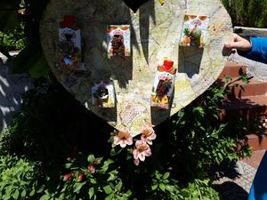 O coração amarelo da mãe já completo e com os símbolos colocados.