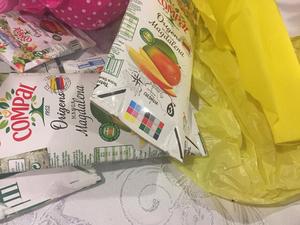 As embalagens Tetra Pak da Compal. Seleção das embalagens de Compal que foram coladas no trabalho.