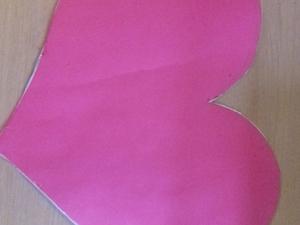 Cartolina recortada em forma de coração.