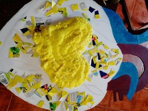 Colocação de um coração amarelo no centro da maqueta.