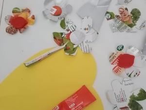 Materiais utilizados: embalagens Tetra Pak, cola e uma cartolina A4 amarela.
