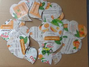 Recortes das embalagens Compal em forma de coração.