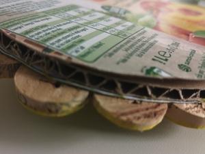 Pormenor da base. Nesta foto é possível ver que a base do trabalho é composta por material Tetra Pak Compal, cartão e rolhas de cortiça.